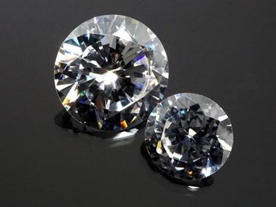 賢いダイヤモンドピアスの選び方【大きさの比較画像あり】